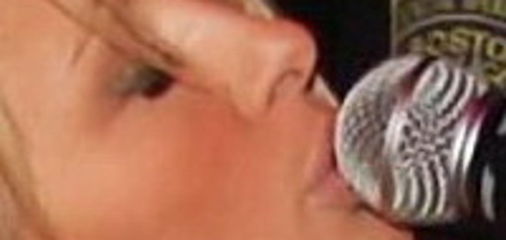 Періс Хілтон облизала мікрофон і впустила груди