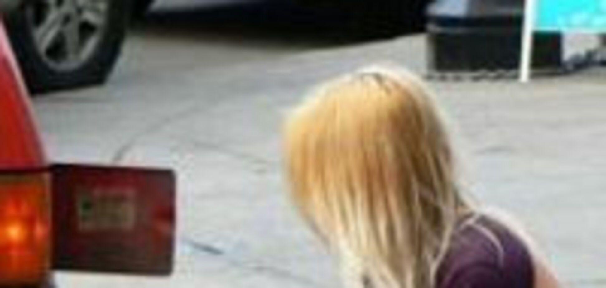 Блондинка і авто. Нічого не заважає?