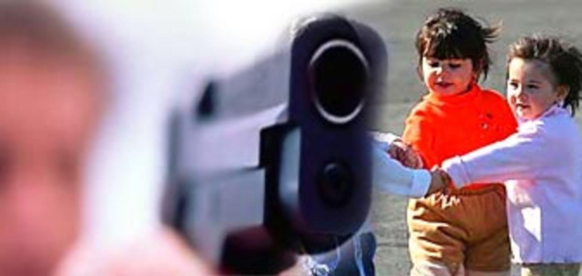 Чоловік обстріляв грають у дворі дітей