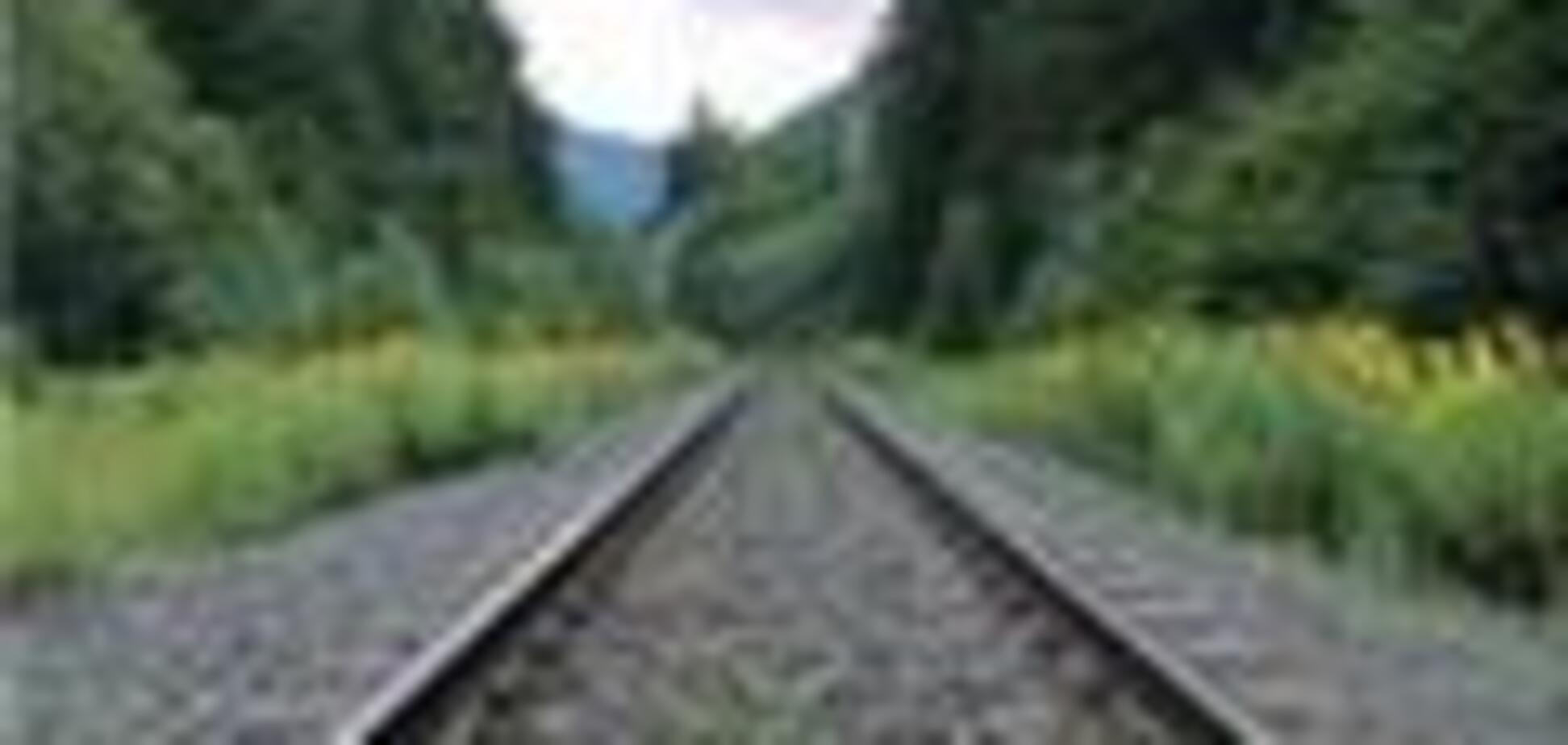 Грузовой поезд упал в реку в США