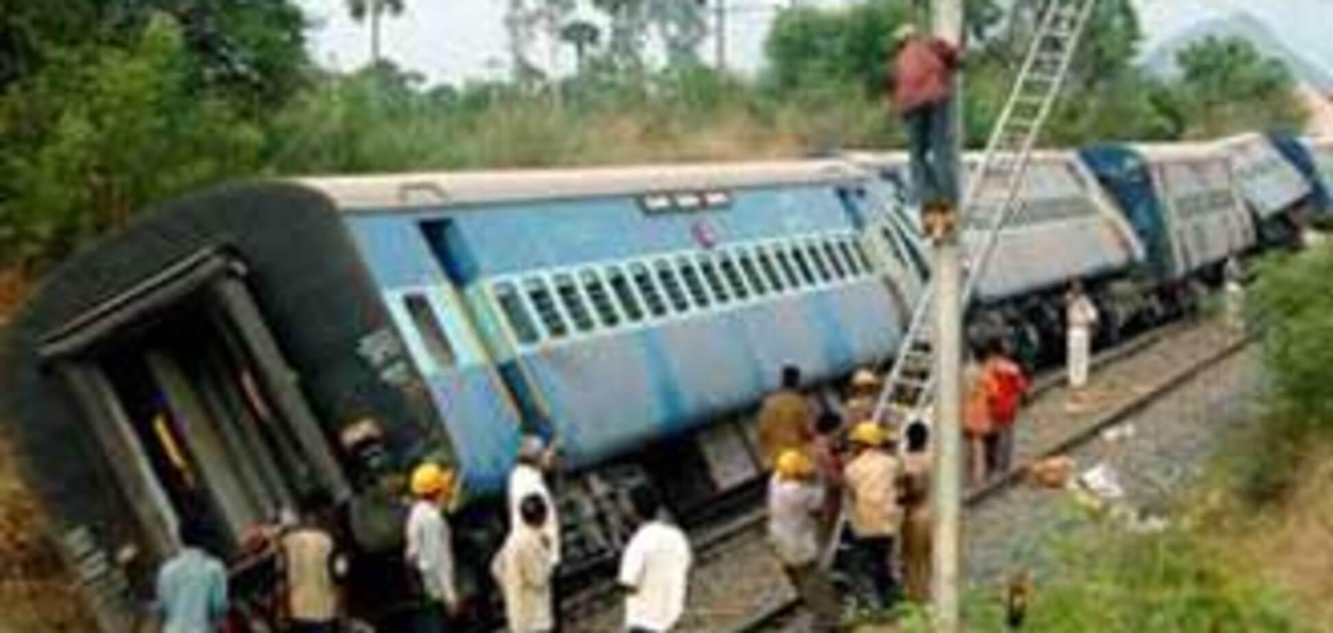 50 людей заблоковано в розбитому поїзді