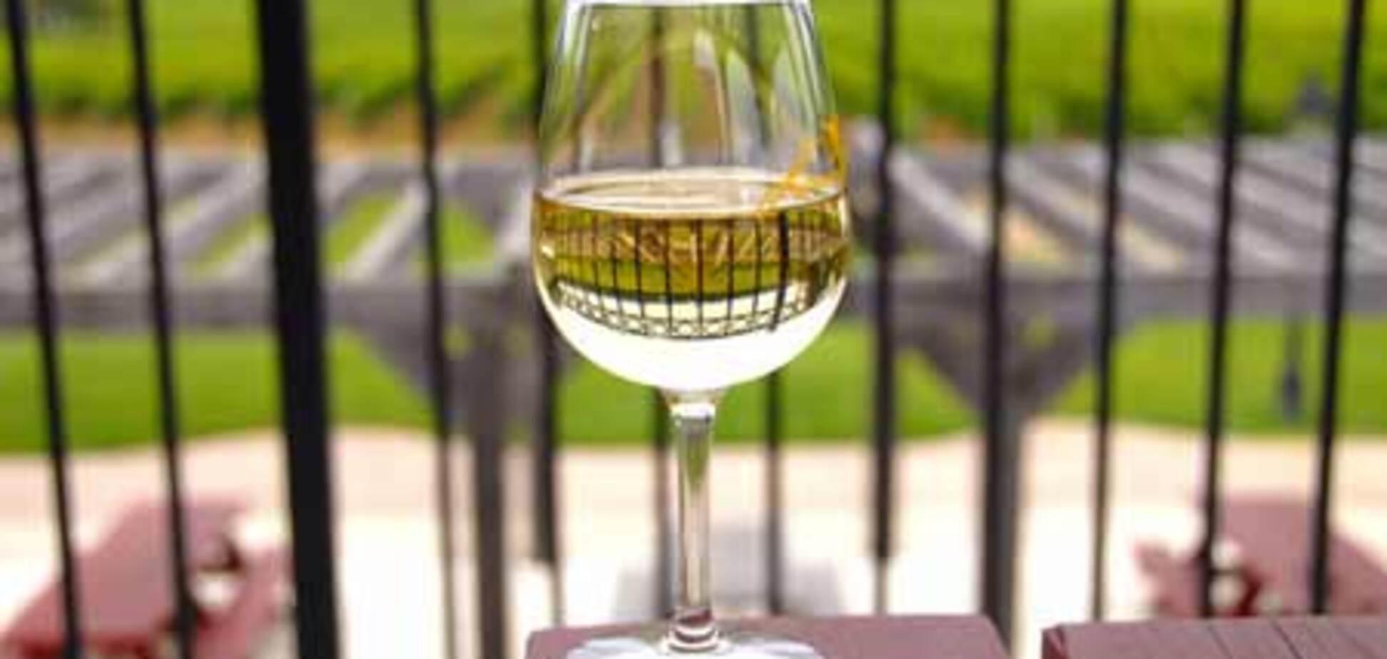 Белое вино разрушает зубы
