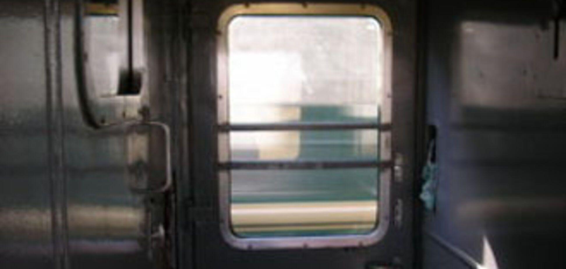 З потягу на ходу випав зв'язаний провідниками пасажир