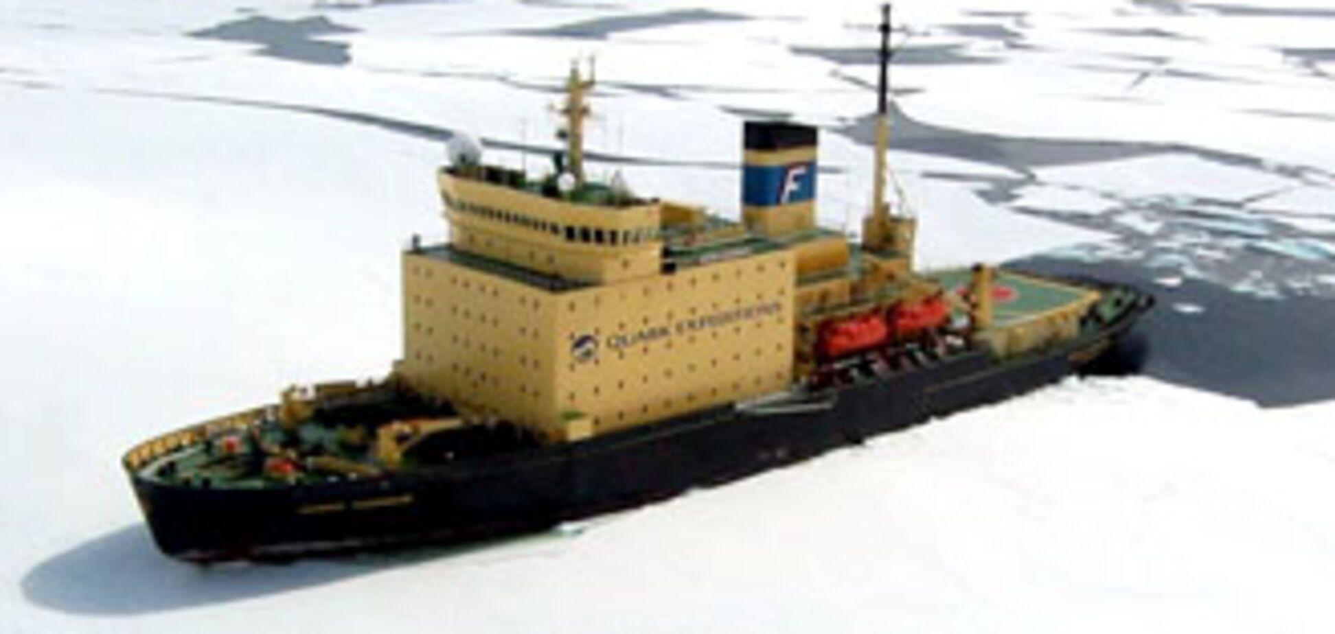 Російський туристичний лайнер бореться з льодом (ФОТО)