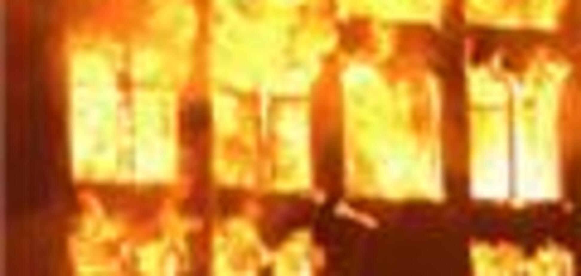Рятувальник МНС виніс із палаючої будівлі трьох дітей