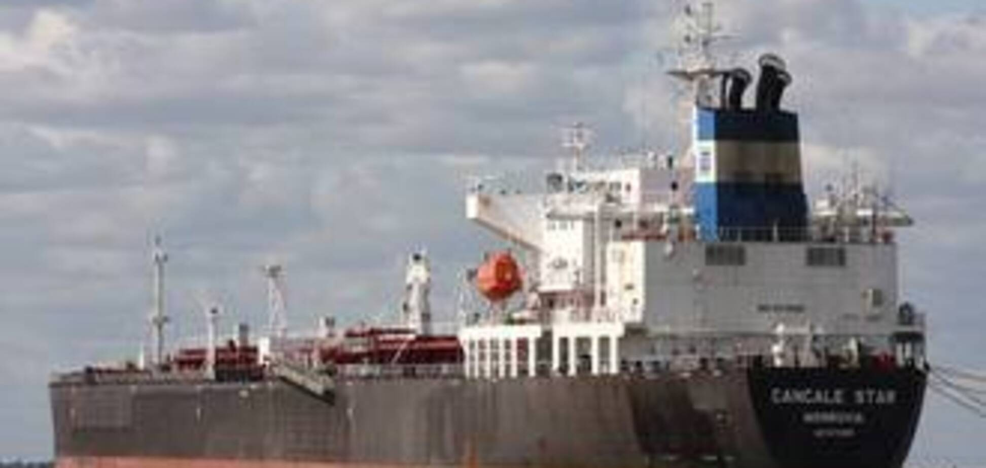 На борту танкера, атакованого піратами, є чотири українця