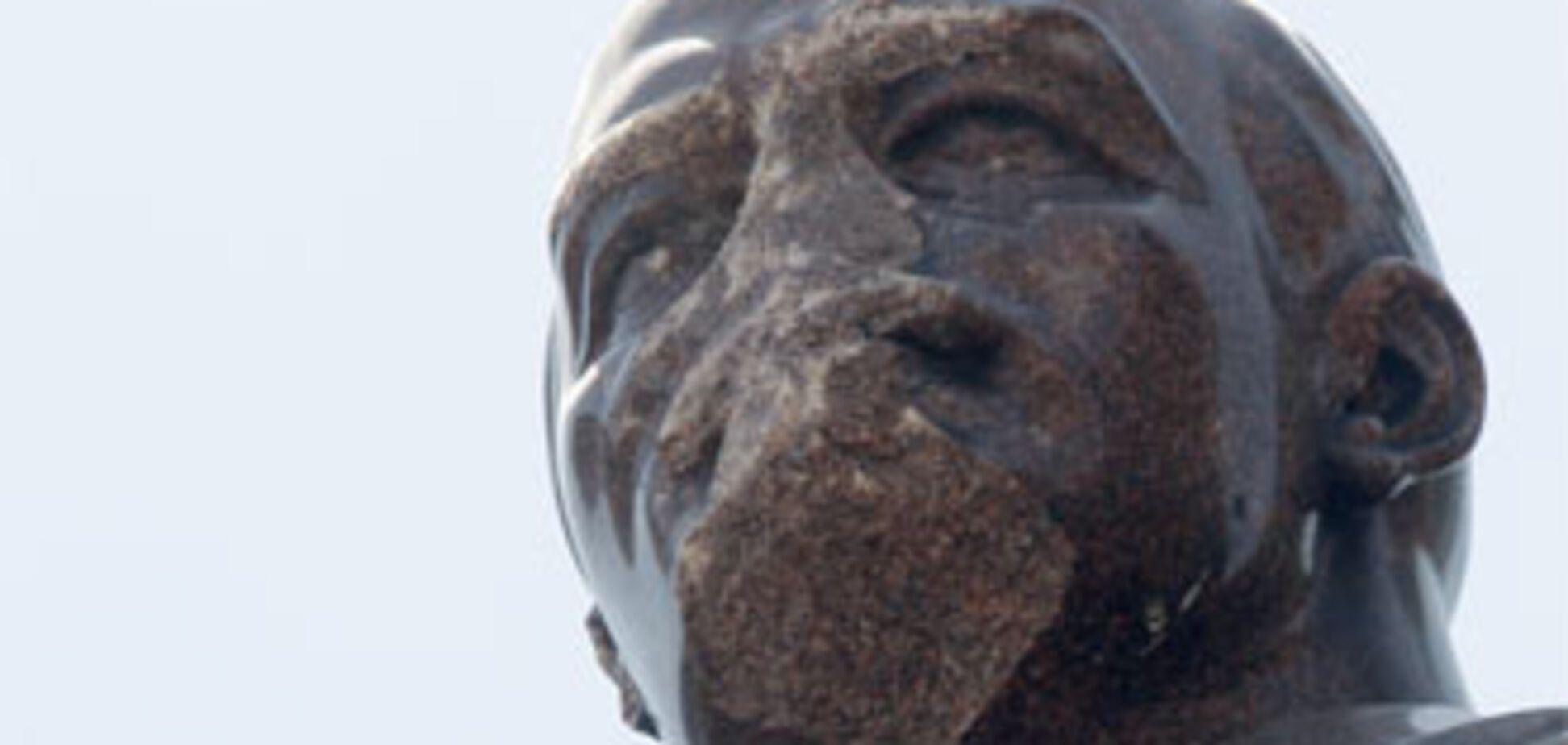 НРУ вимагає звільнити вандалів, зазіхнули на Леніна