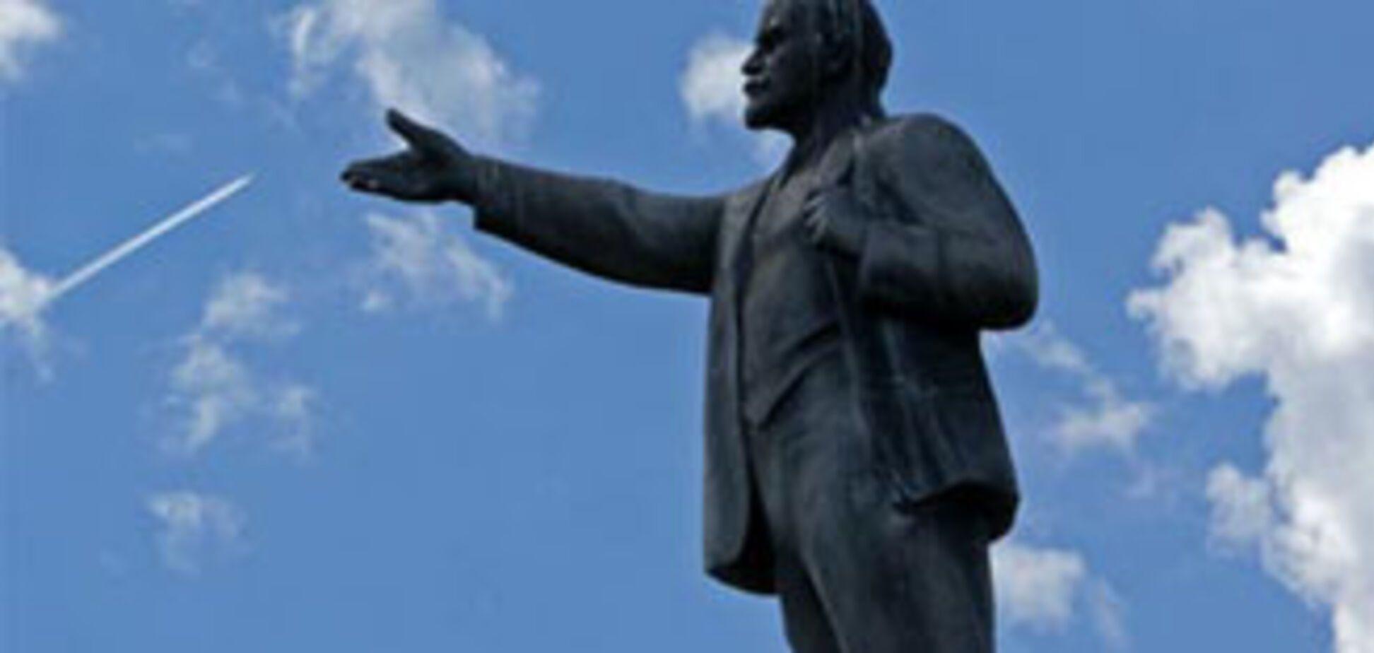 Парень разбился насмерть, спрыгнув с памятника Ленину