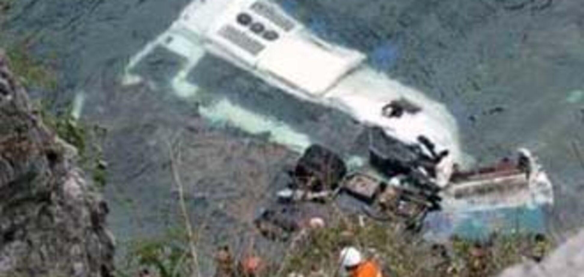 Пассажирский автобус упал в реку, 35 человек погибли