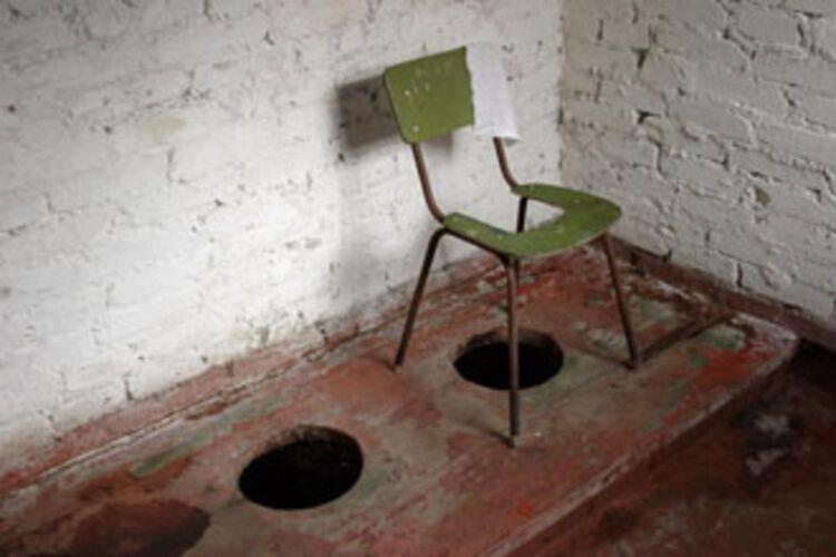 chas-ukraina-v-tualete-dirka-foto-kamera