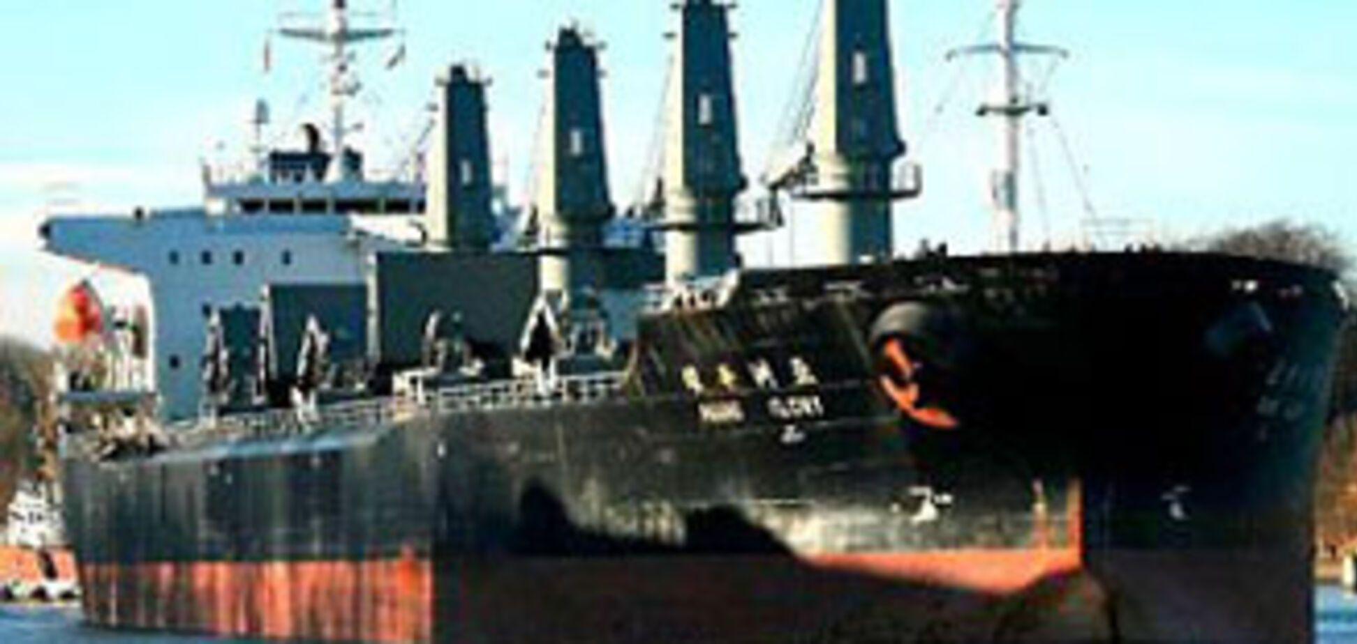 Захваченное судно с украинцами выводят в открытый океан