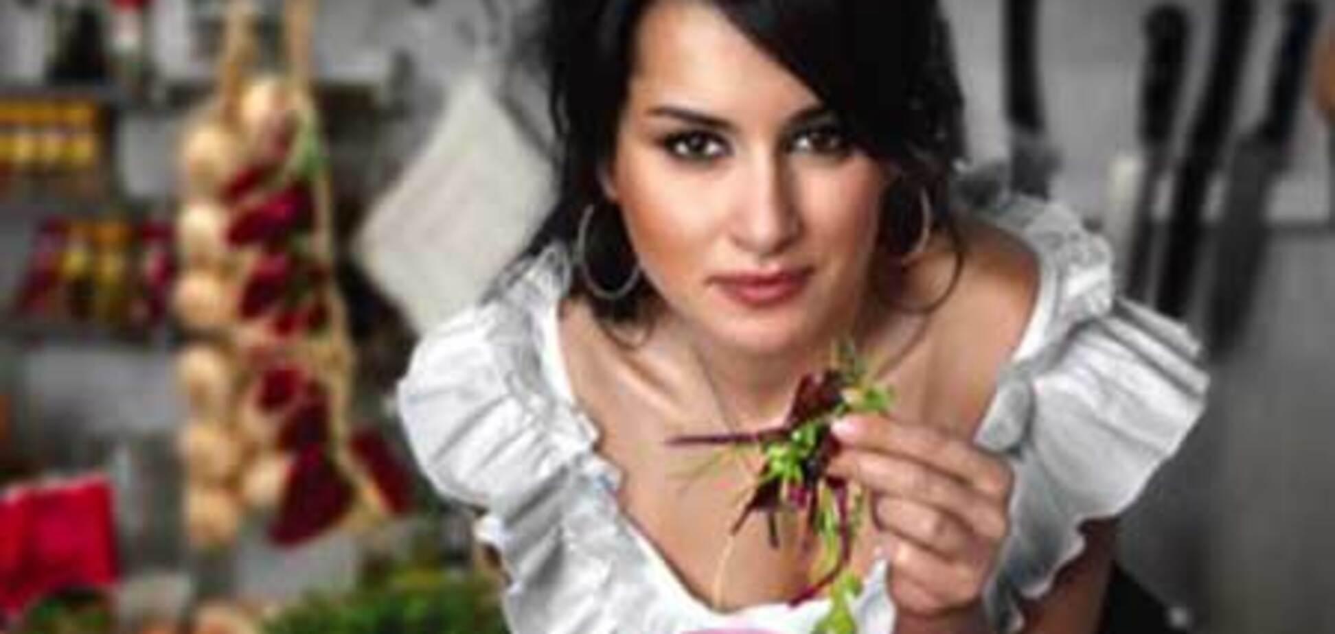 Тина Канделаки уплетает салат за деньги