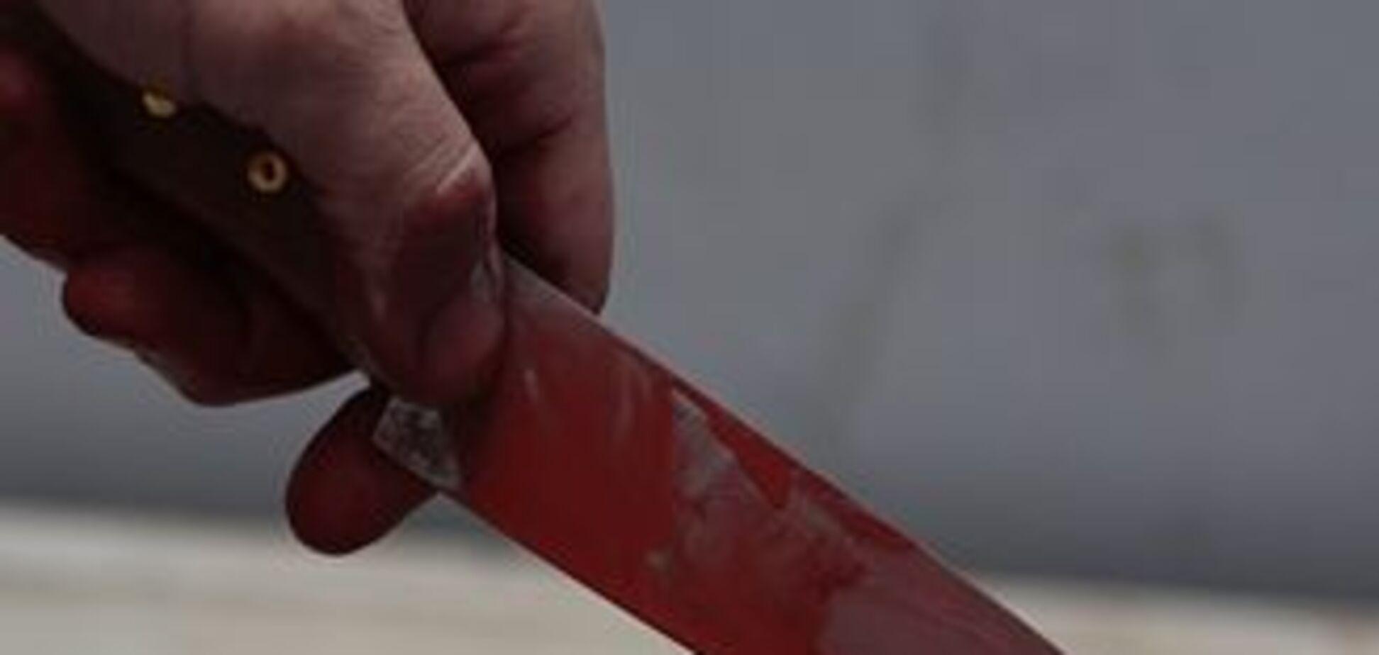 Біля посольства чоловік з ножем напав на міліціонера