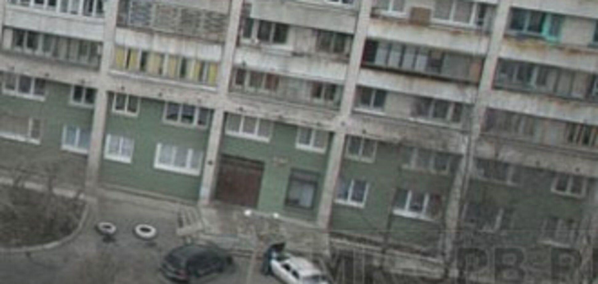 Мати з двома дітьми викинулася з балкона 8 поверху