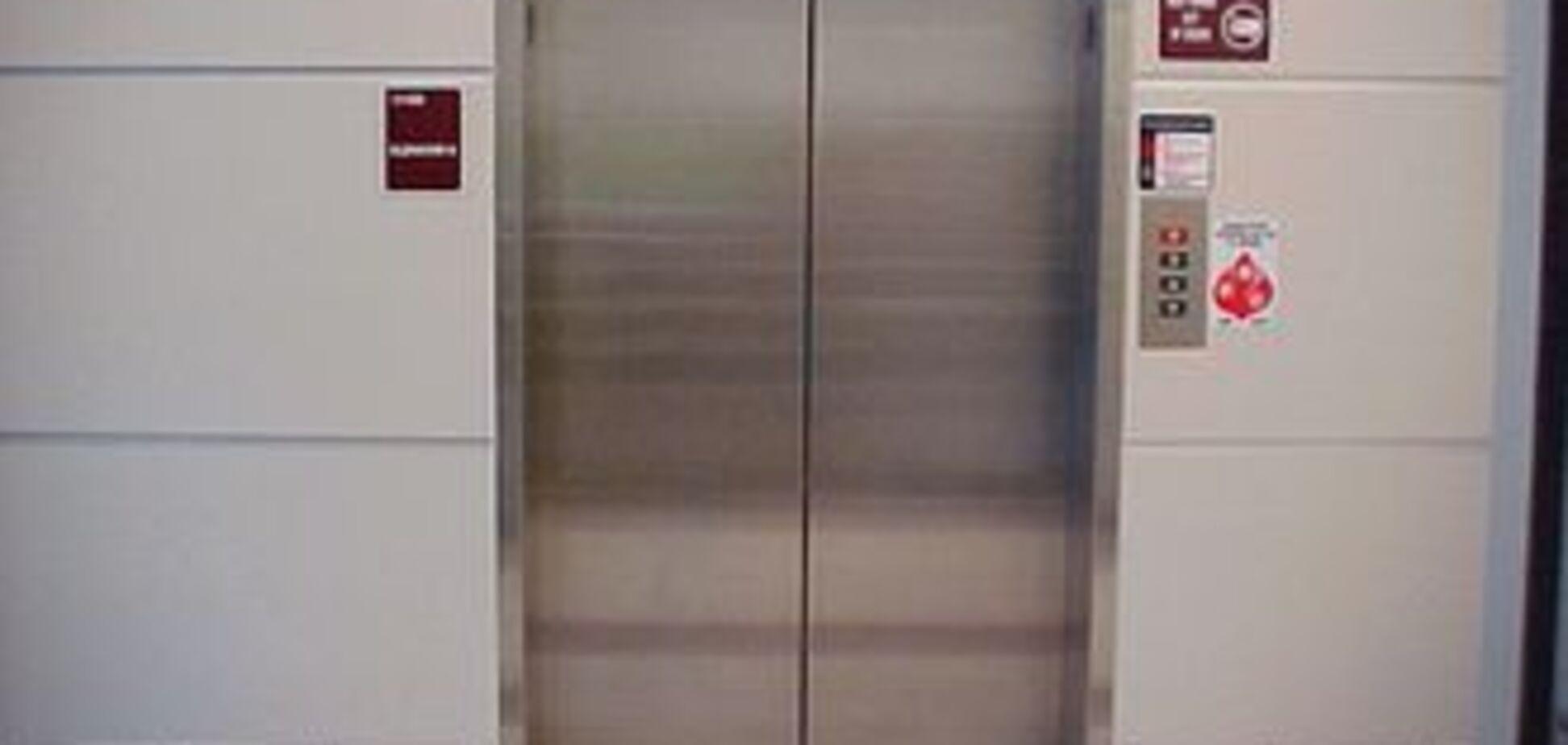 Літнє подружжя задихнулося в ліфті, що застряг