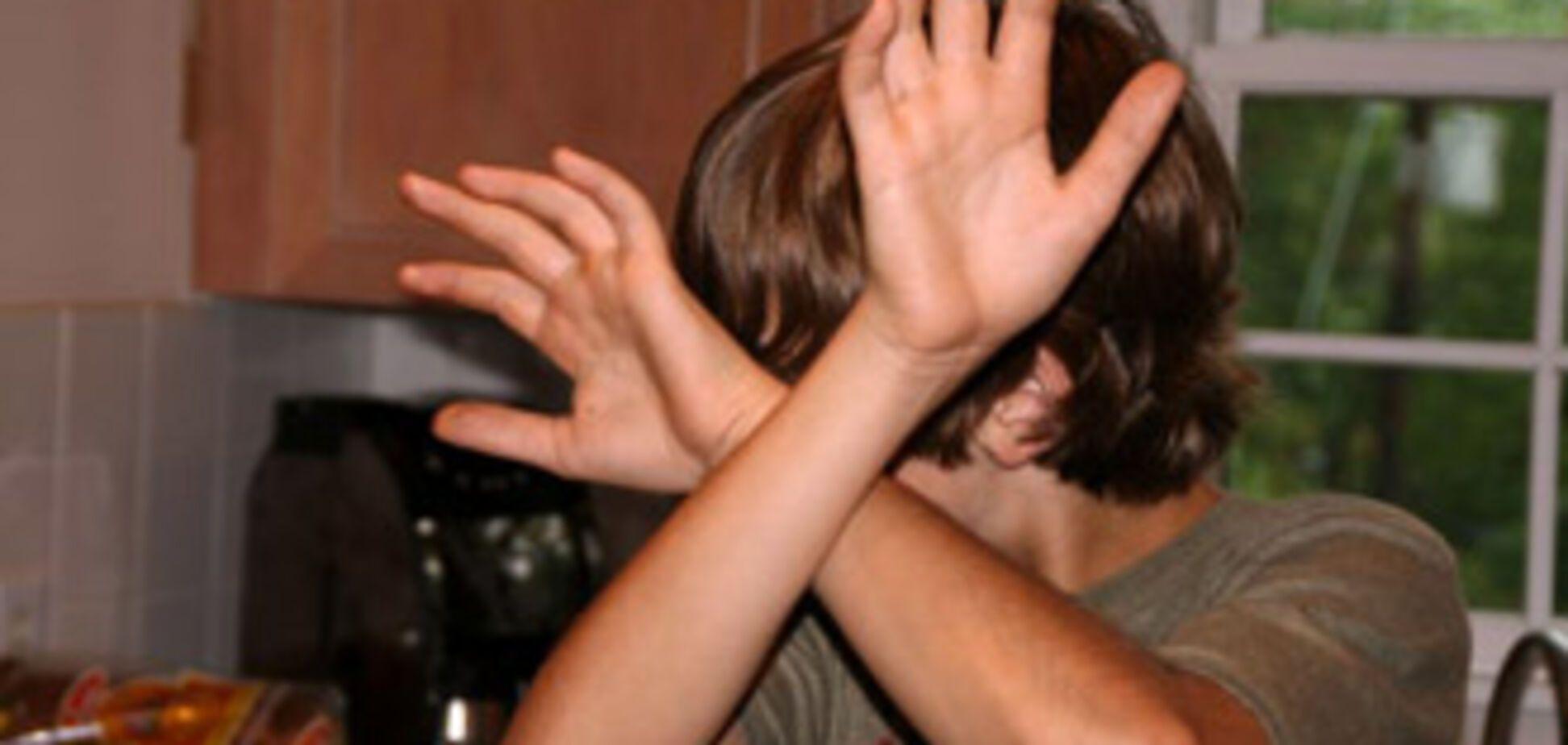 Жінка регулярно гвалтувала рідного сина