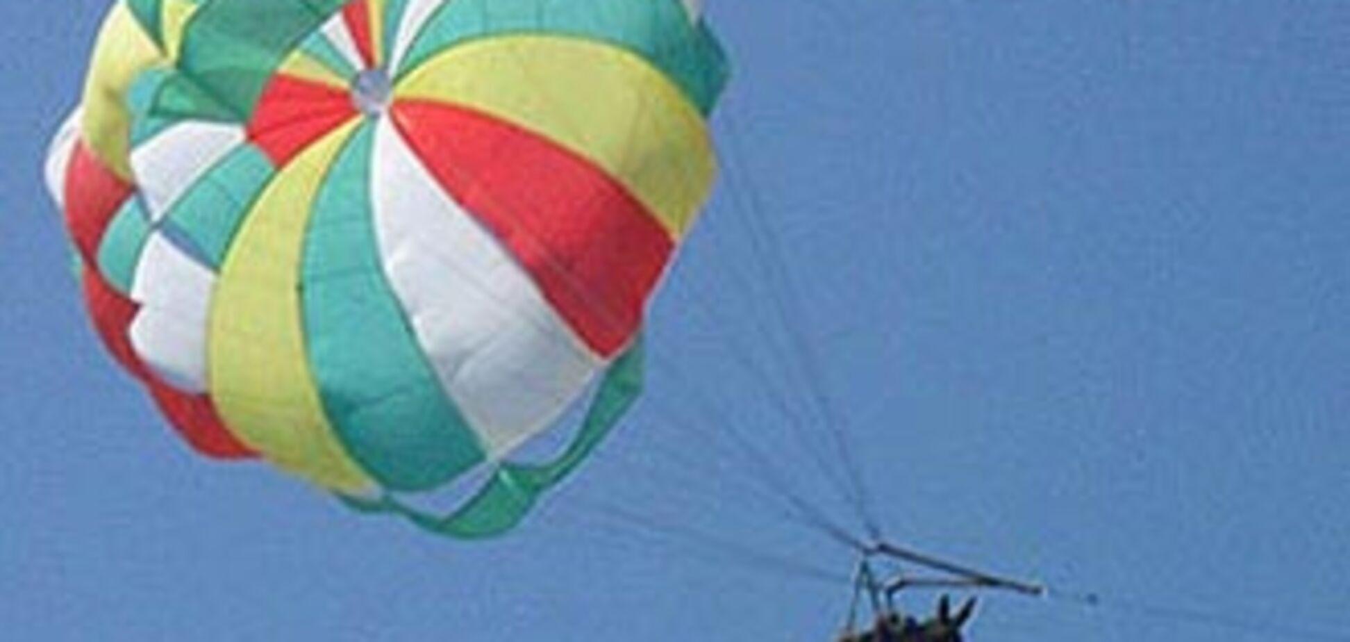 Осел на парашуті літав над морем і кричав від жаху. ВІДЕО