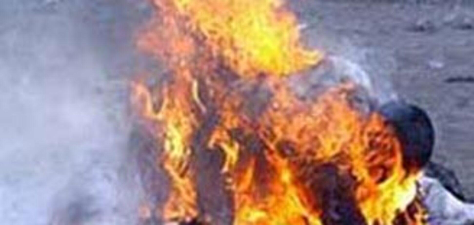 Пенсіонер спалив себе перед мерією: охорона зняла все на камеру