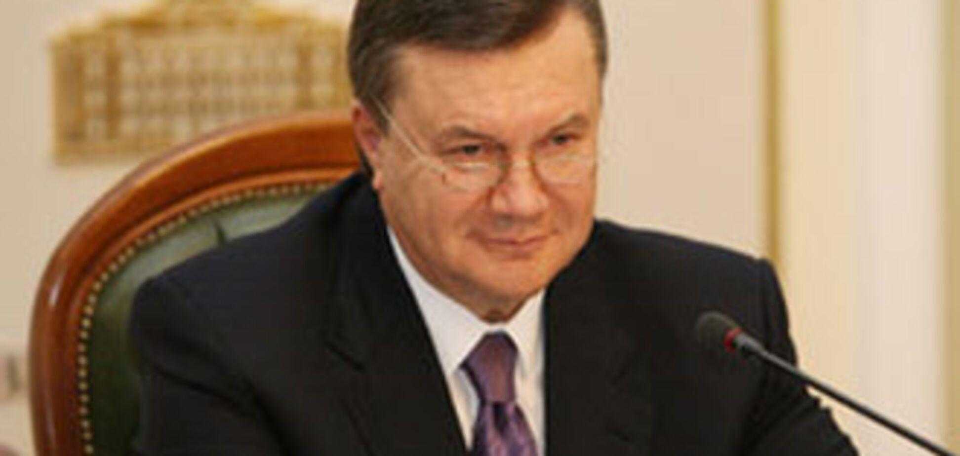 АП: Янукович продовжує трудитися в Криму