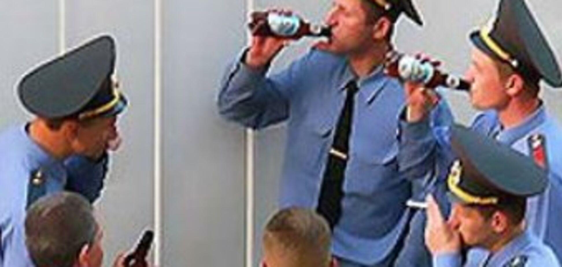 Генерал милиции написал книгу 'Как надо «бухать» на работе'