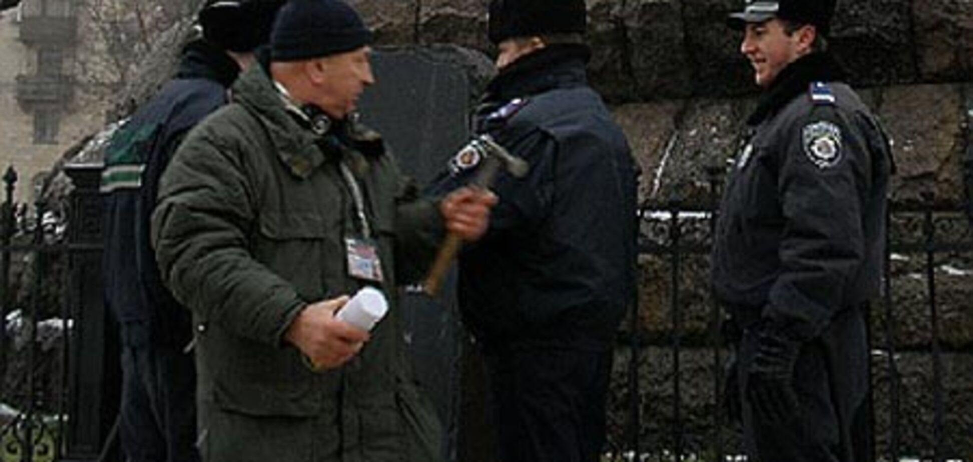 Пам'ятник 'гетьману Ющенку' врятували від людини з льодорубом