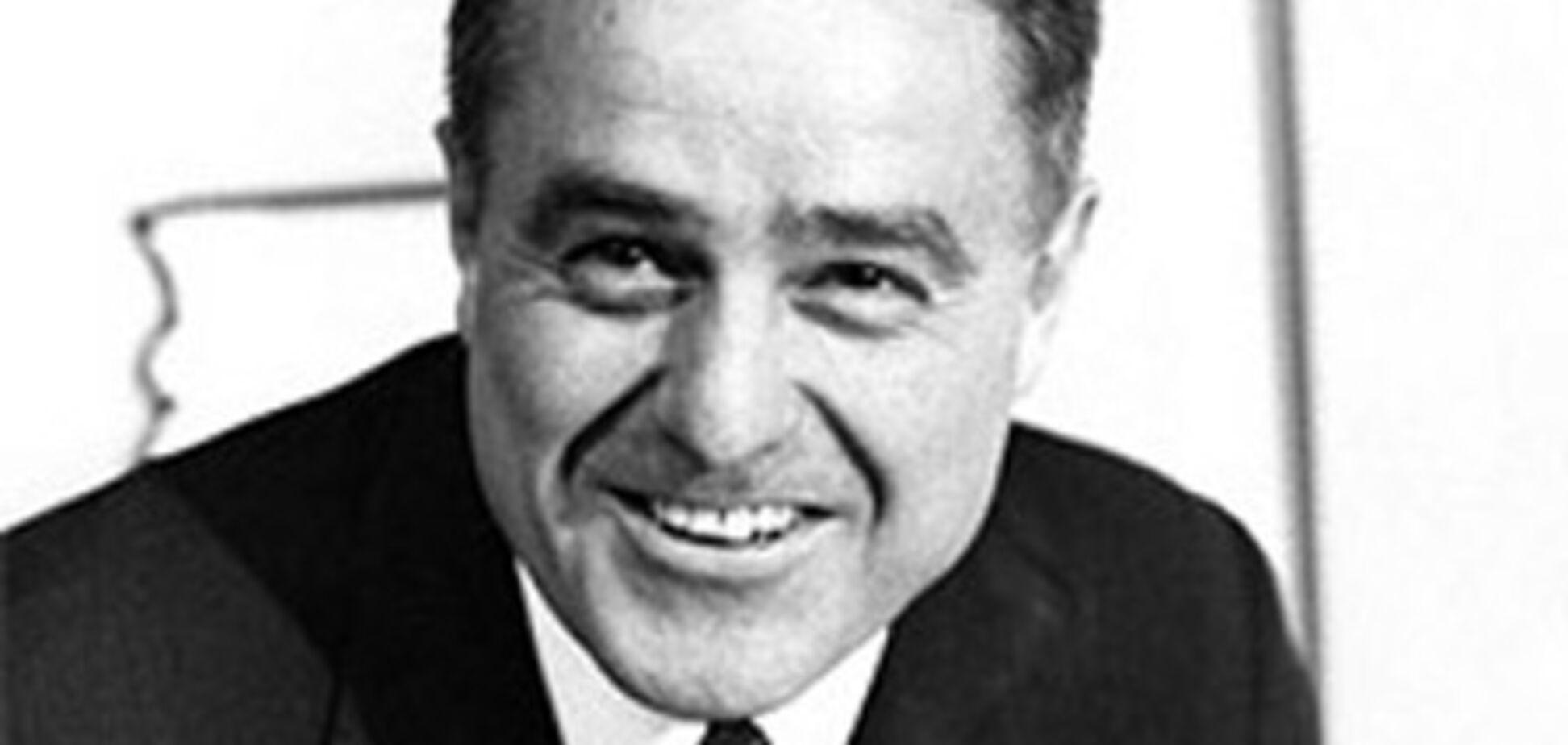 Помер перший директор Корпусу миру