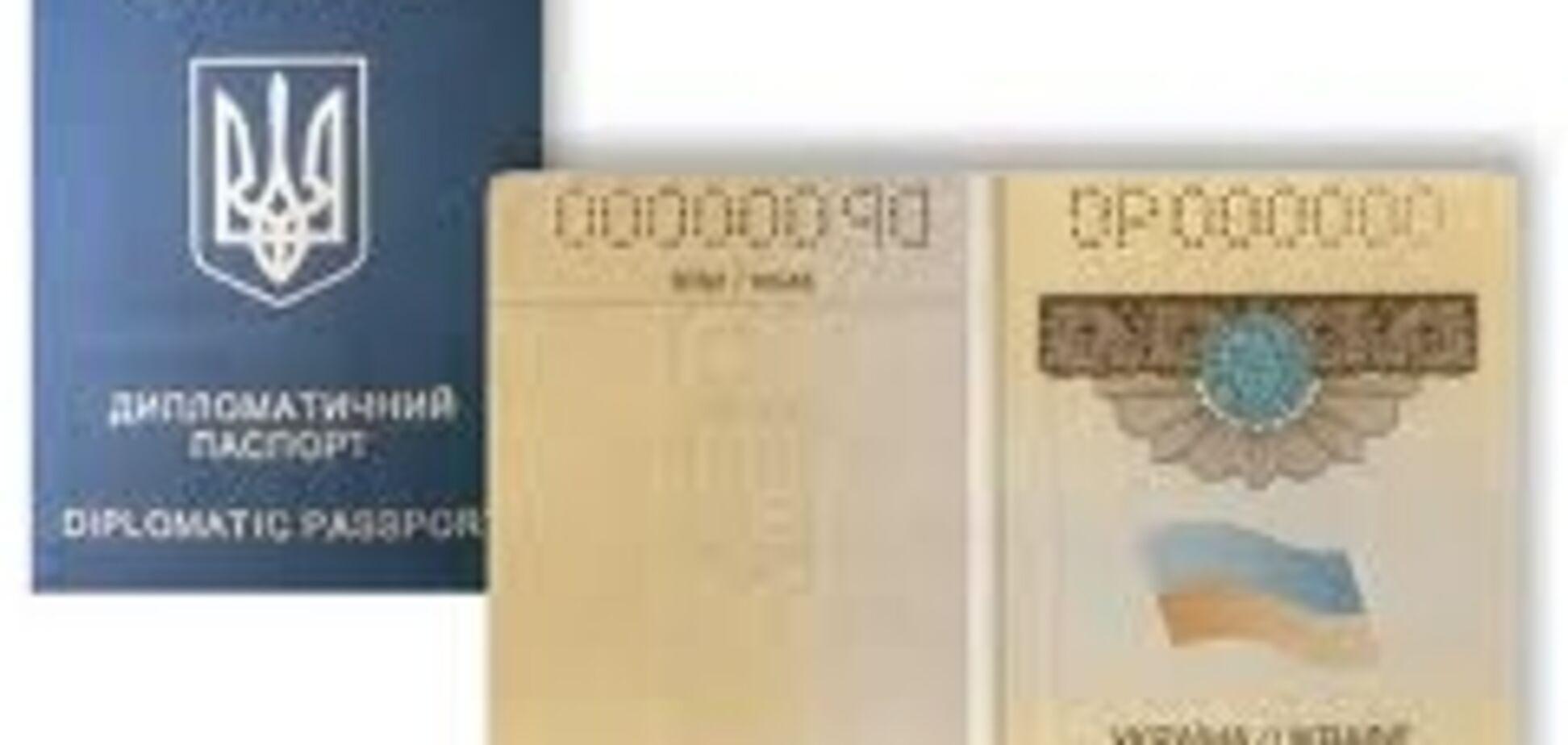 Янукович вимагає від депутатів здати дипломатичні паспорти