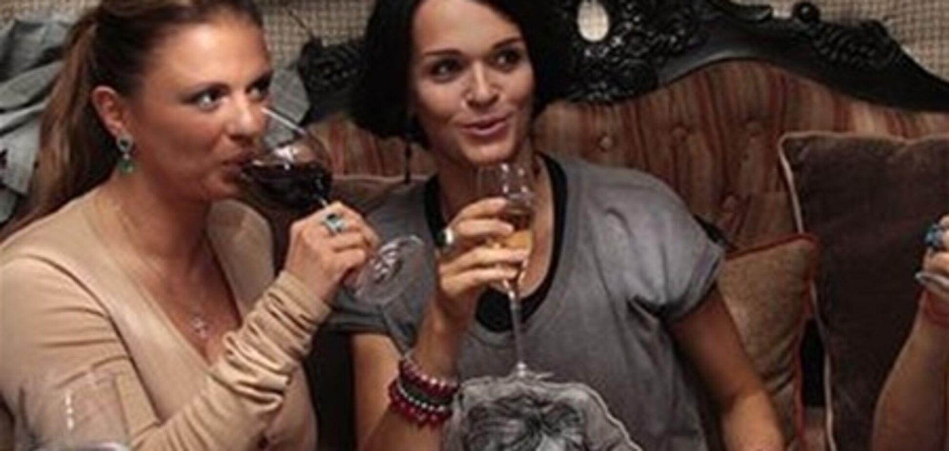 Беременная Слава пьет шампанское