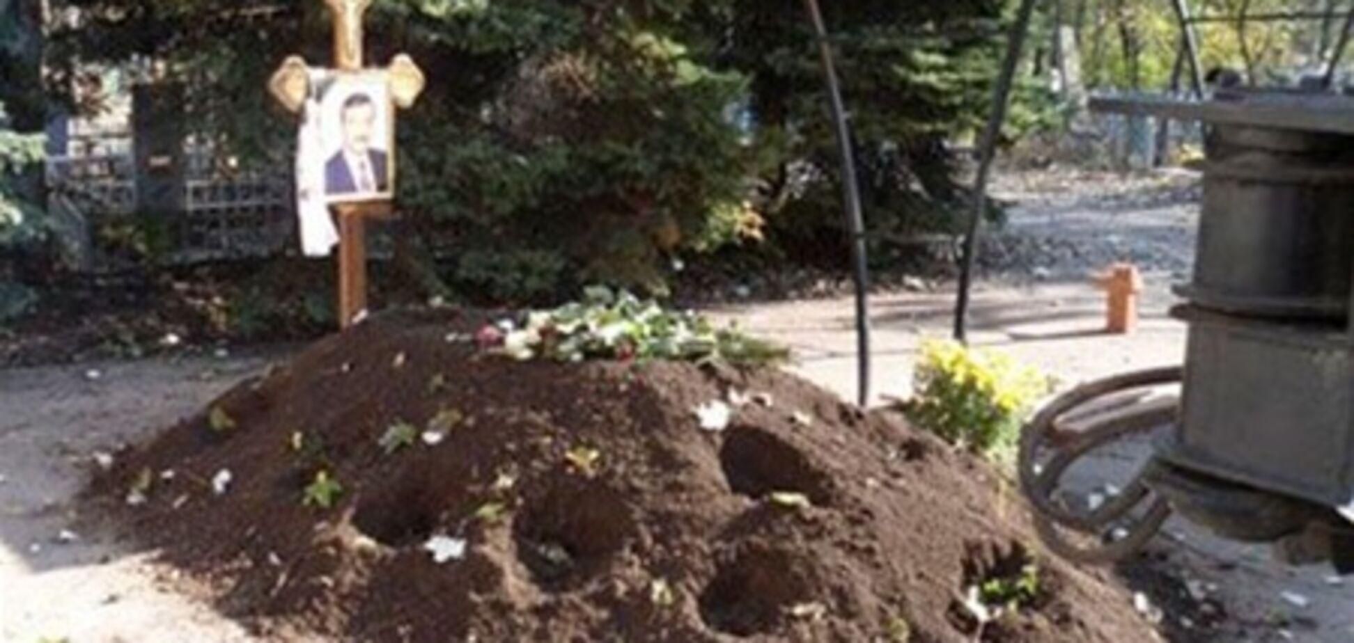 Ночами з могили Джарти викопують квіти. Фото