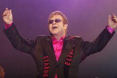 Элтон Джон расплакался на концерте в Киеве. Фото. Видео