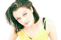Жена Бонда: фотосет с жирными волосами