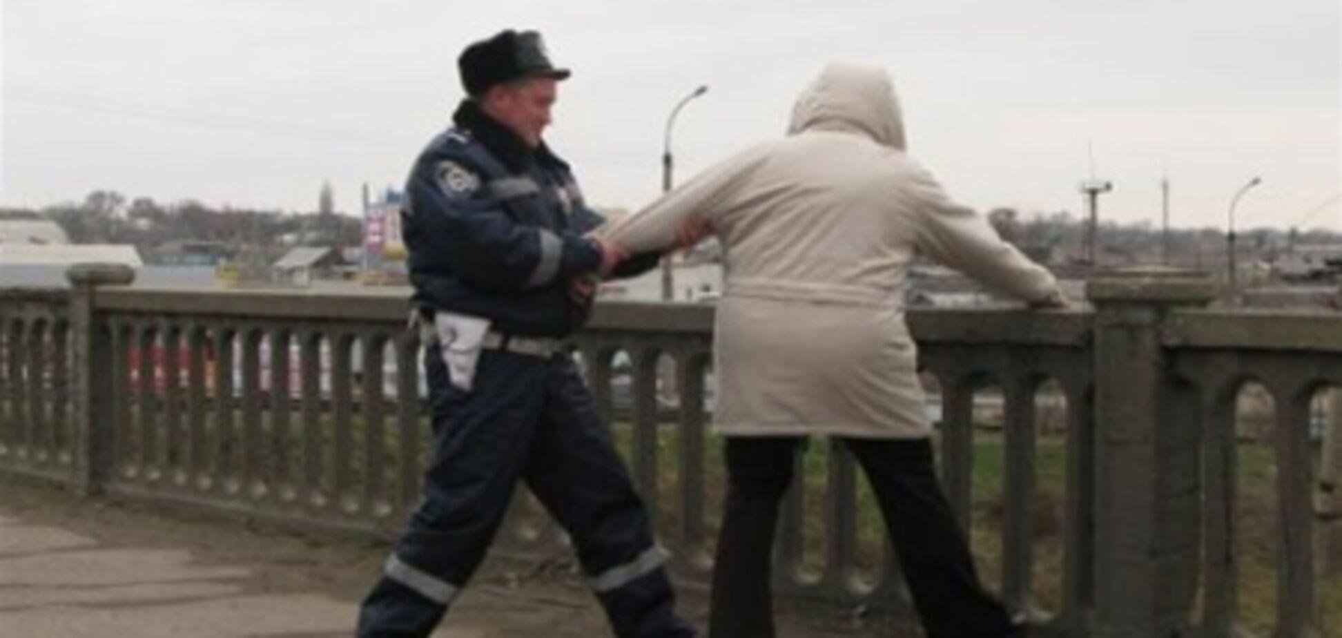 Гаишник отговорил девушку прыгать с моста