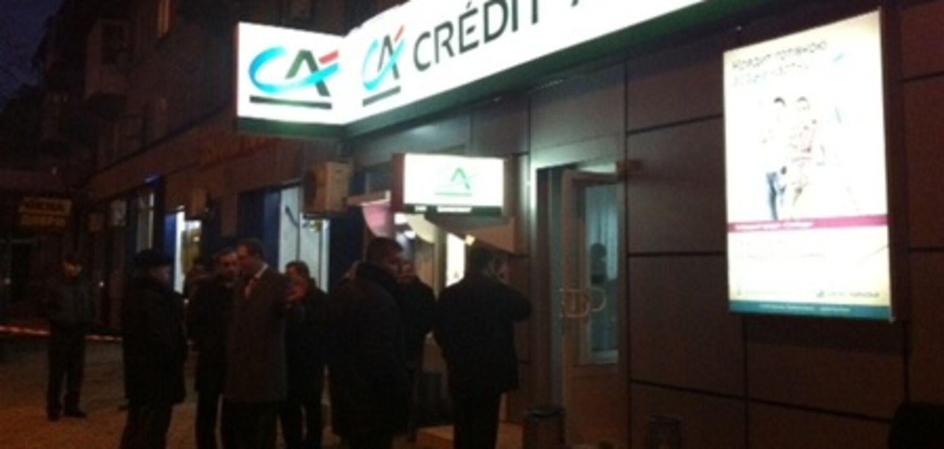 Раненый во время налета на банк в Донецке все еще в тяжелом состоянии