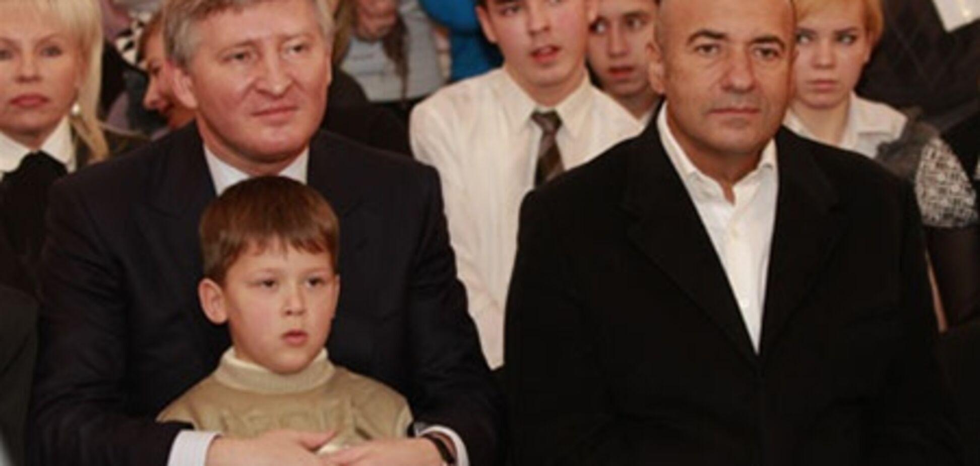 Ахметов і Крутой вирушили в дитбудинок з мільйонами