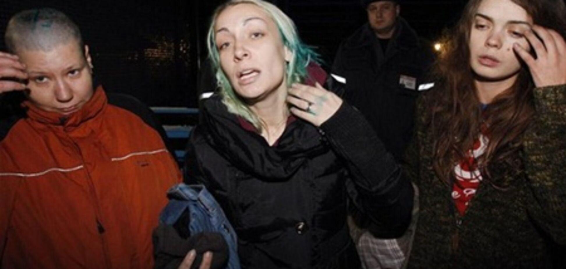 В СМИ попало фото активисток FEMEN, над которыми поиздевались КГБешники
