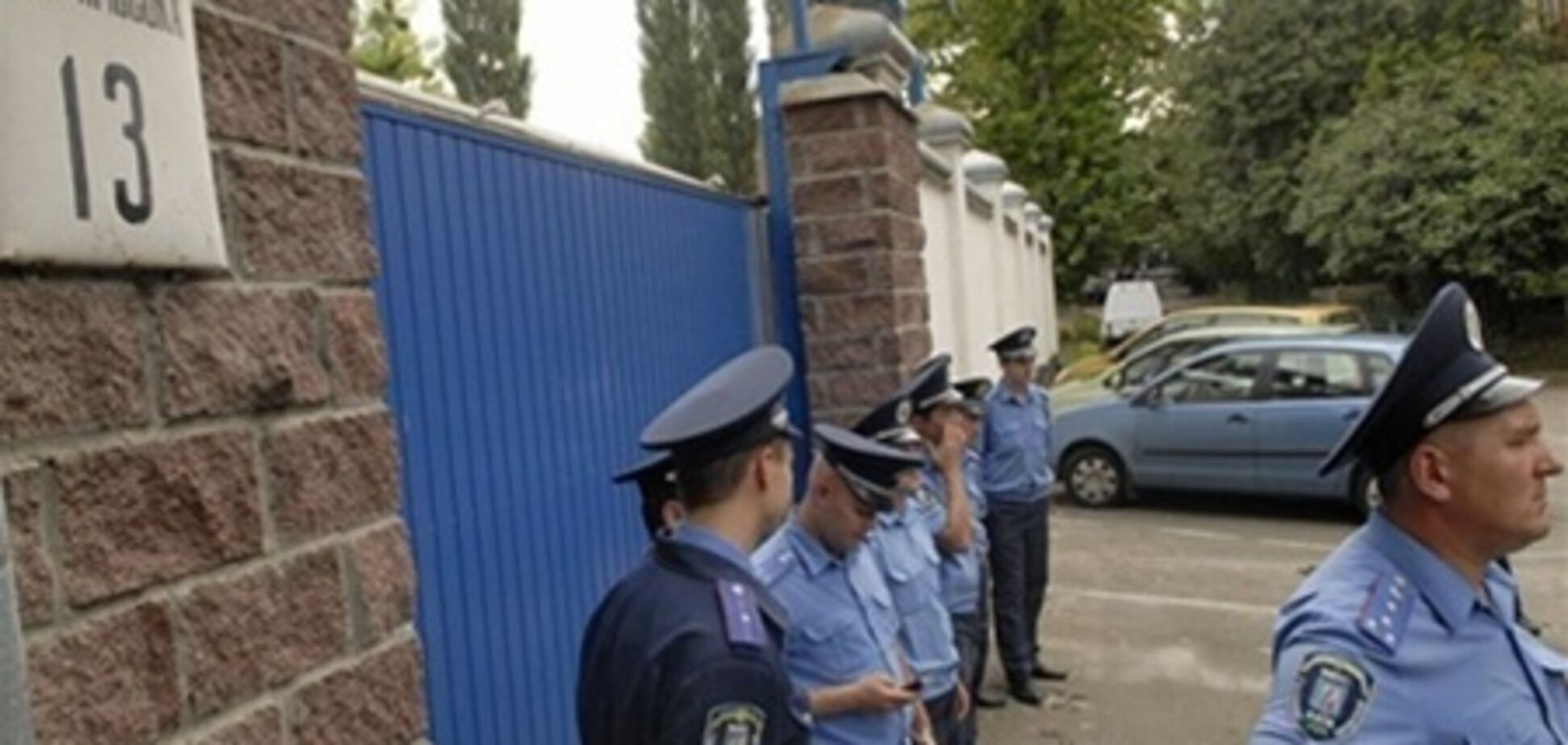 Біля стін СІЗО бабусі щодня б'ються головою об асфальт за Тимошенко