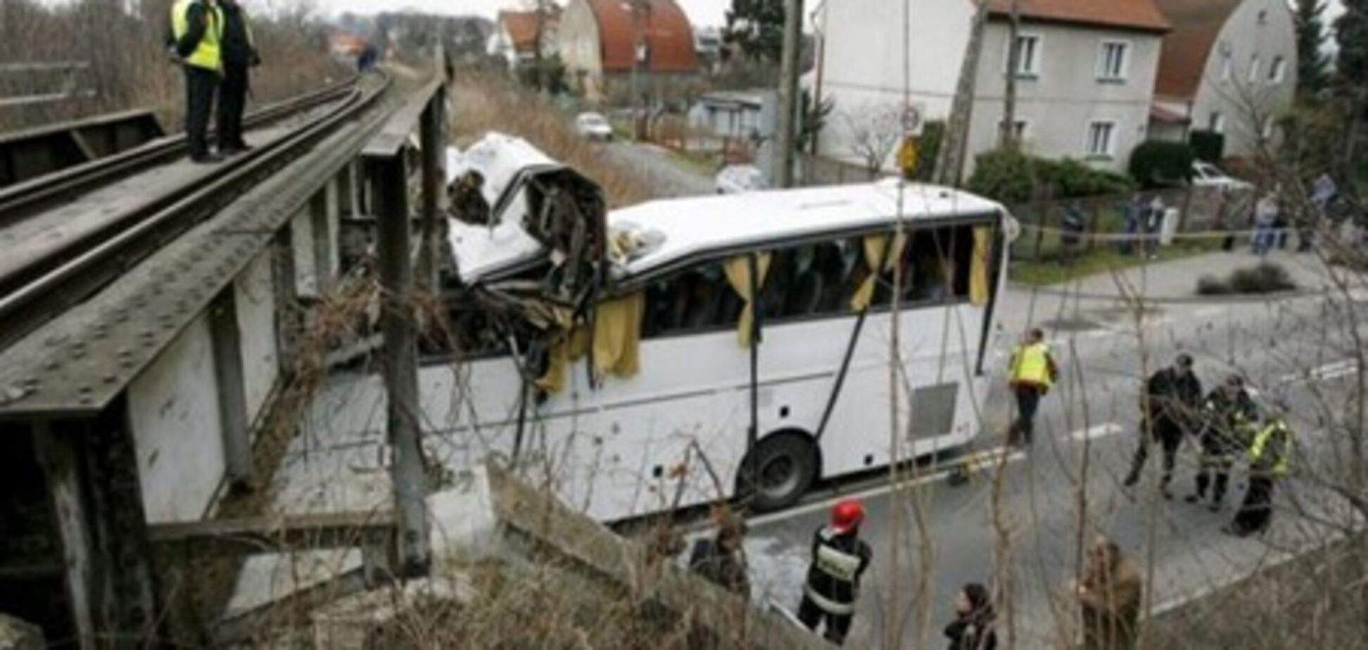 Под Краковом автобус с 34 украинцами врезался в мост