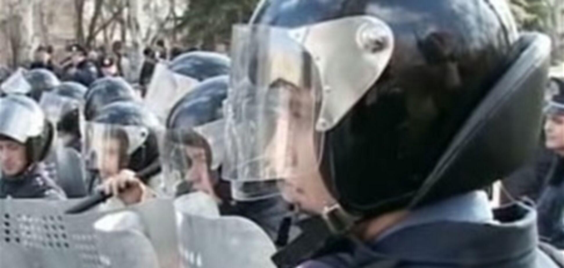 Милиционер, сдерживавший в Донецке протестующих с вилами, попал в больницу