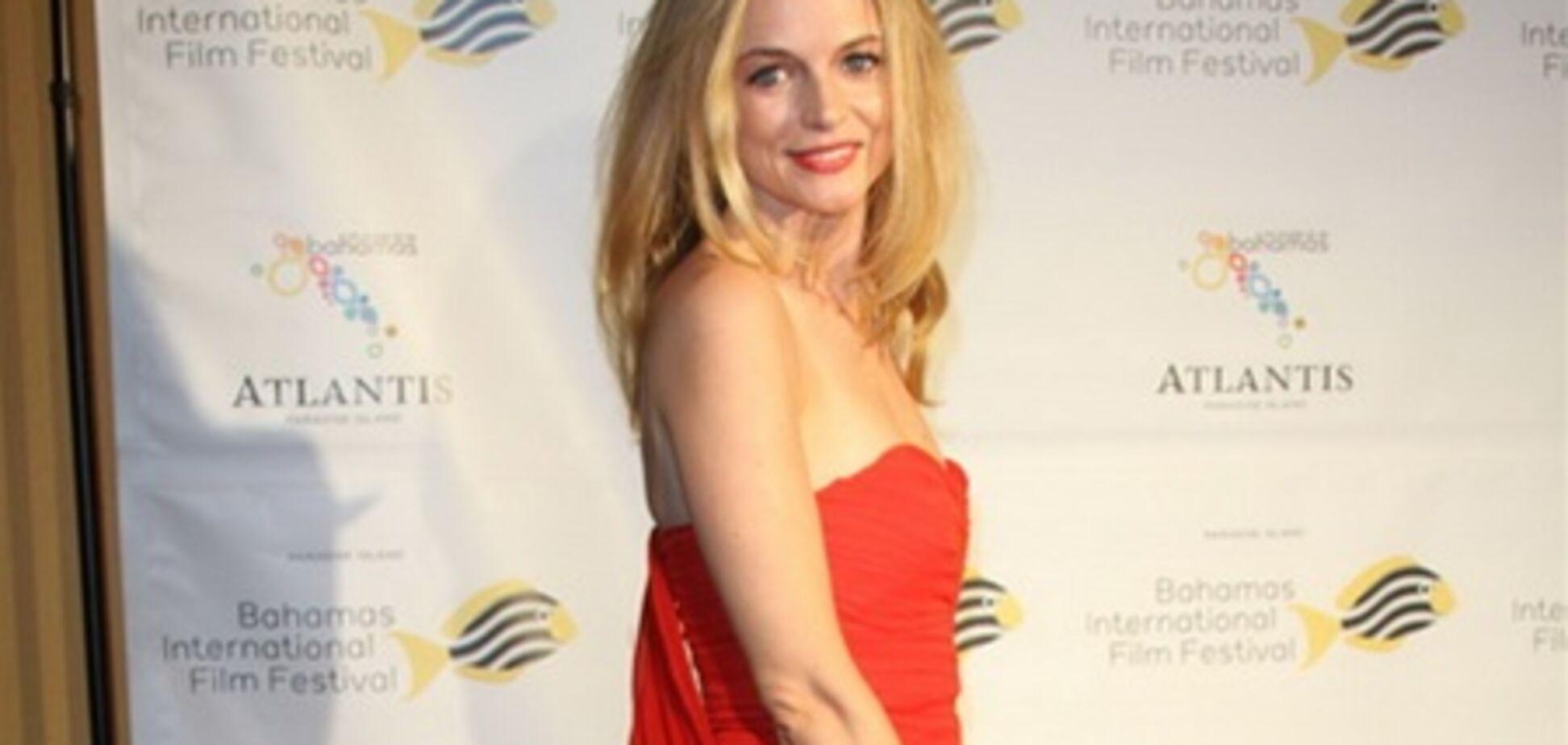 Хизер Грэм в красном платье без бретелей