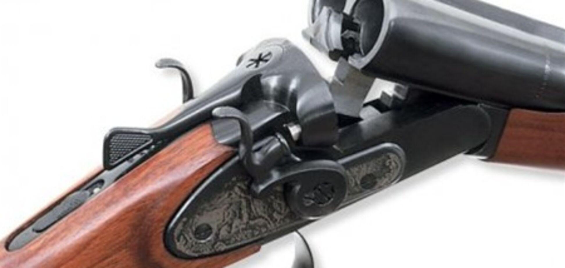 Для безопасности пенсионер из Броваров вышел на прогулку с двумя ружьями