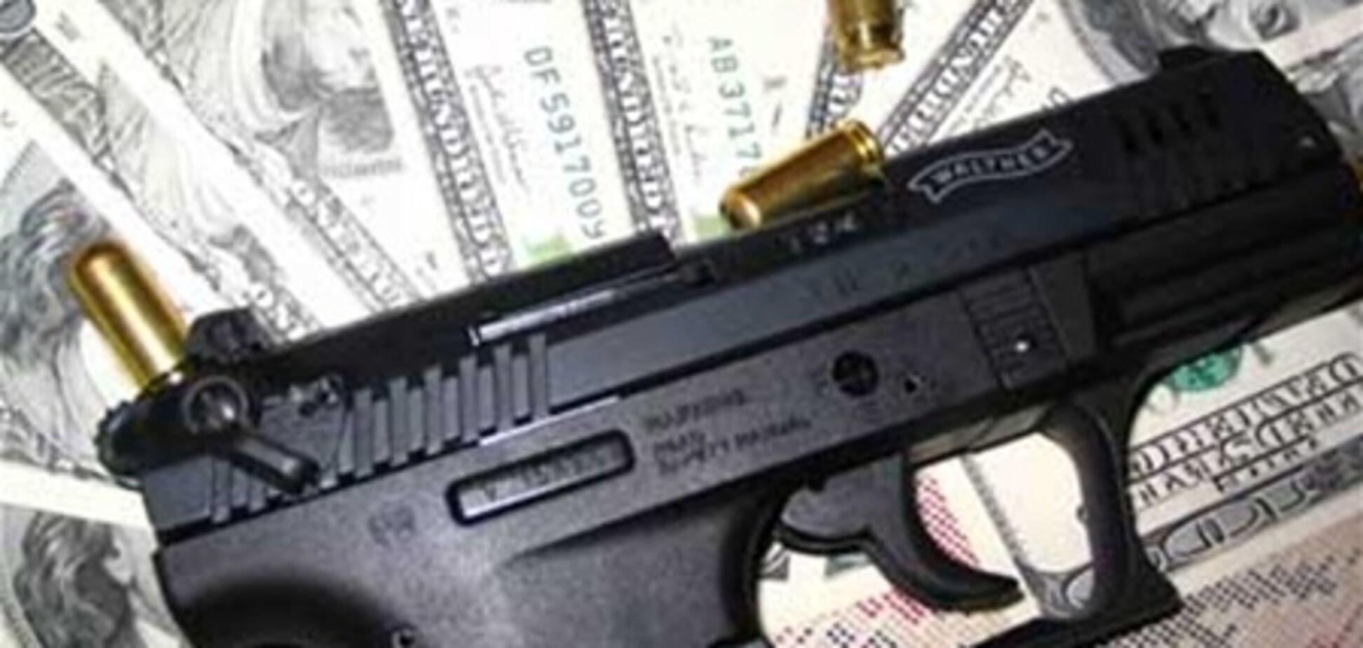 Важливий грабіжник, розплатившись за кавою, дістав пістолет