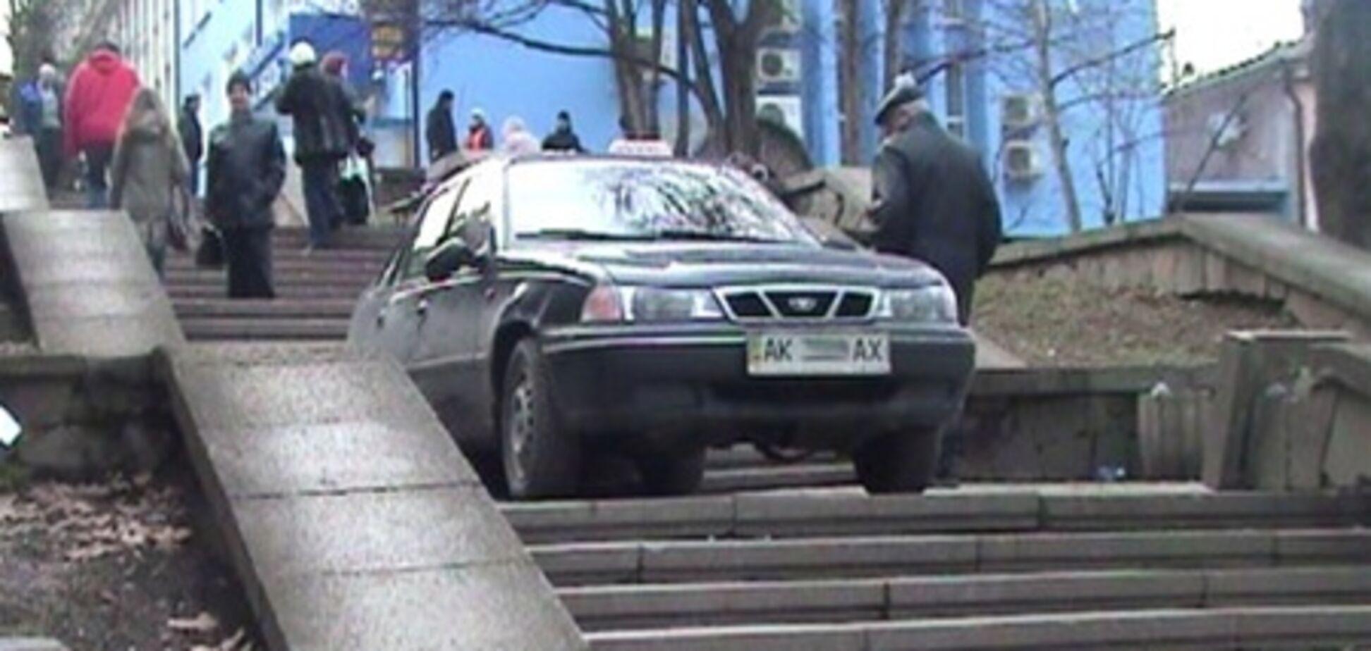 У Криму наркоман заїхав на пішохідну сходи. Фото
