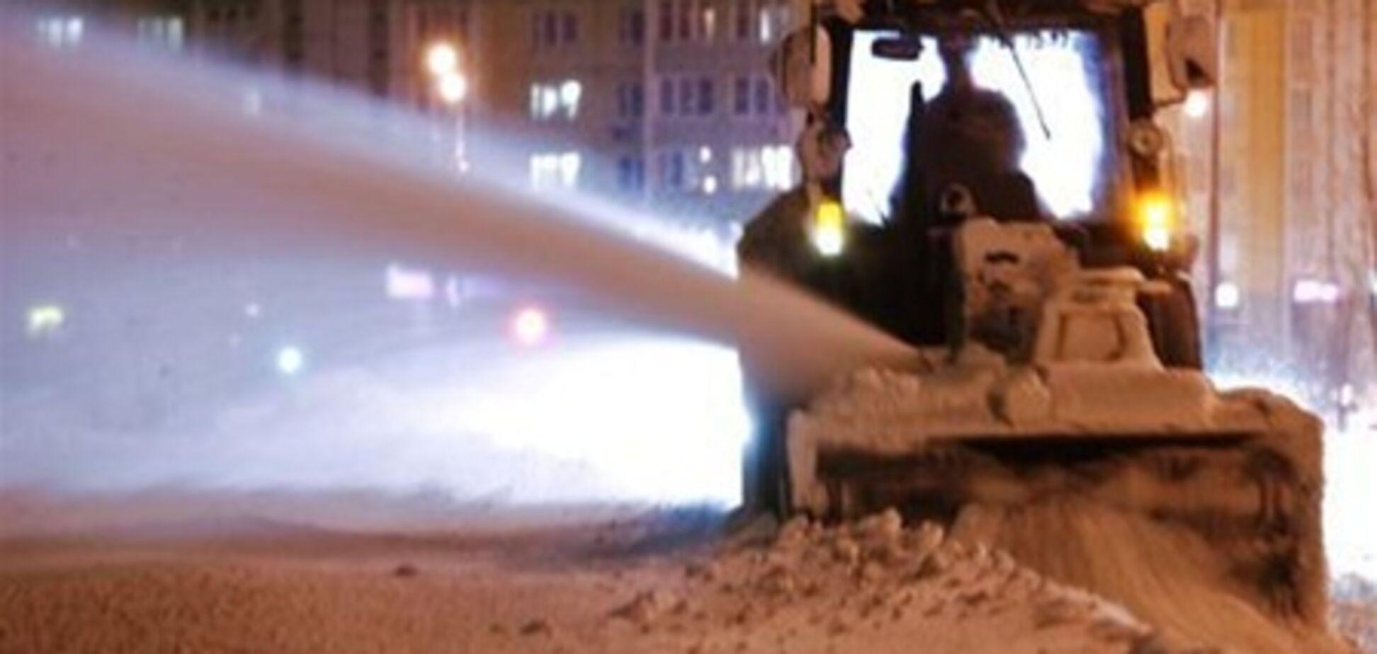 Водитель снегоуборочной машины посыпал песком хоккейную площадку