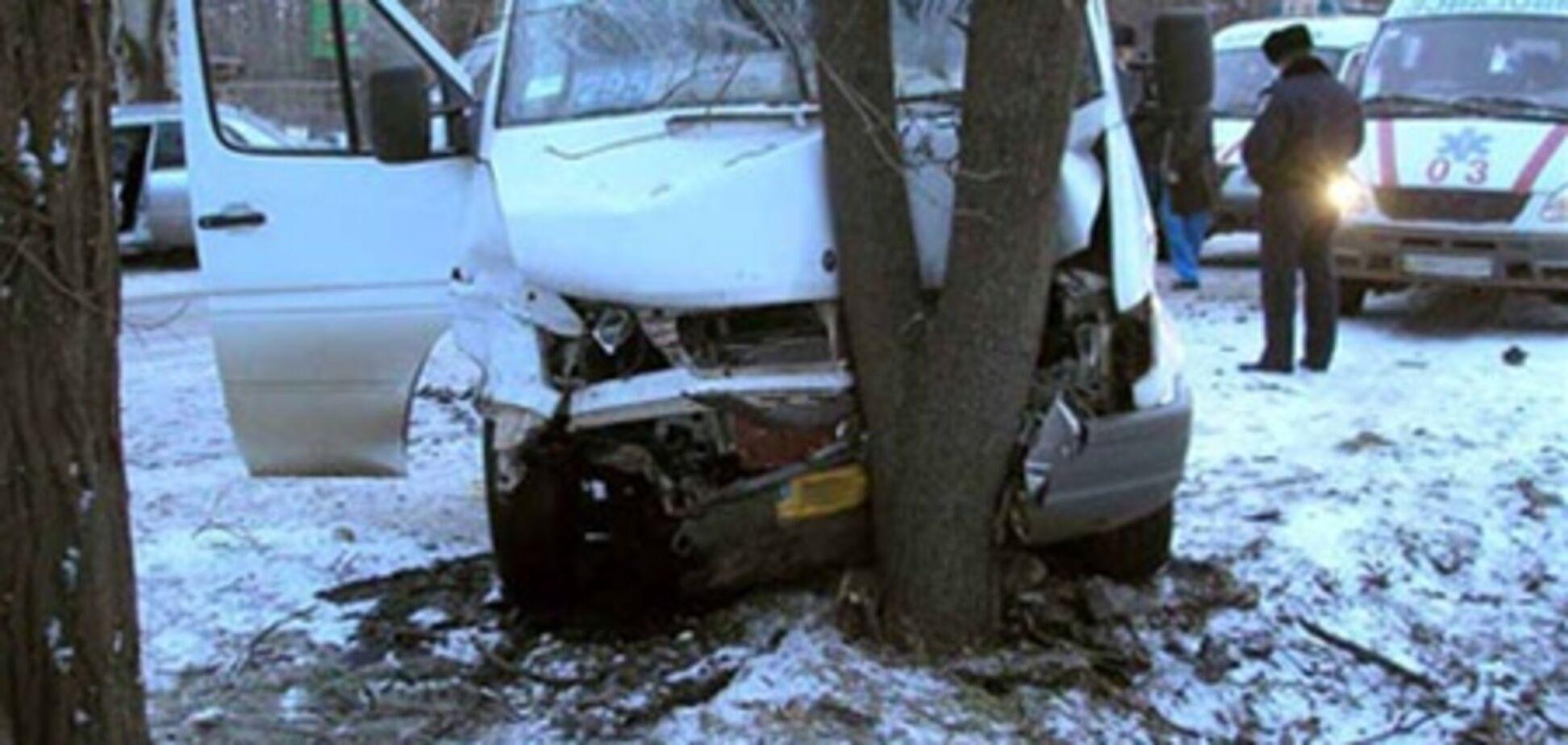 У Кривому Розі Mitsubishi Lancer протаранив маршрутку: семеро травмованих