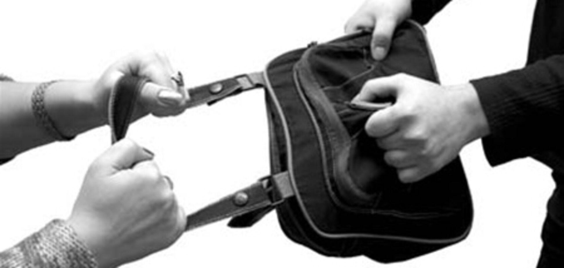 Старенька з сумочкою проти грабіжників з кувалдою