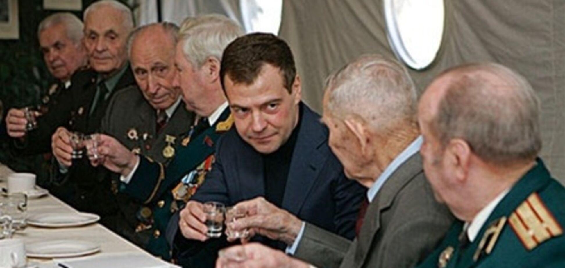 Антиалкогольная кампания Медведева провалилась: водку продают даже через sms