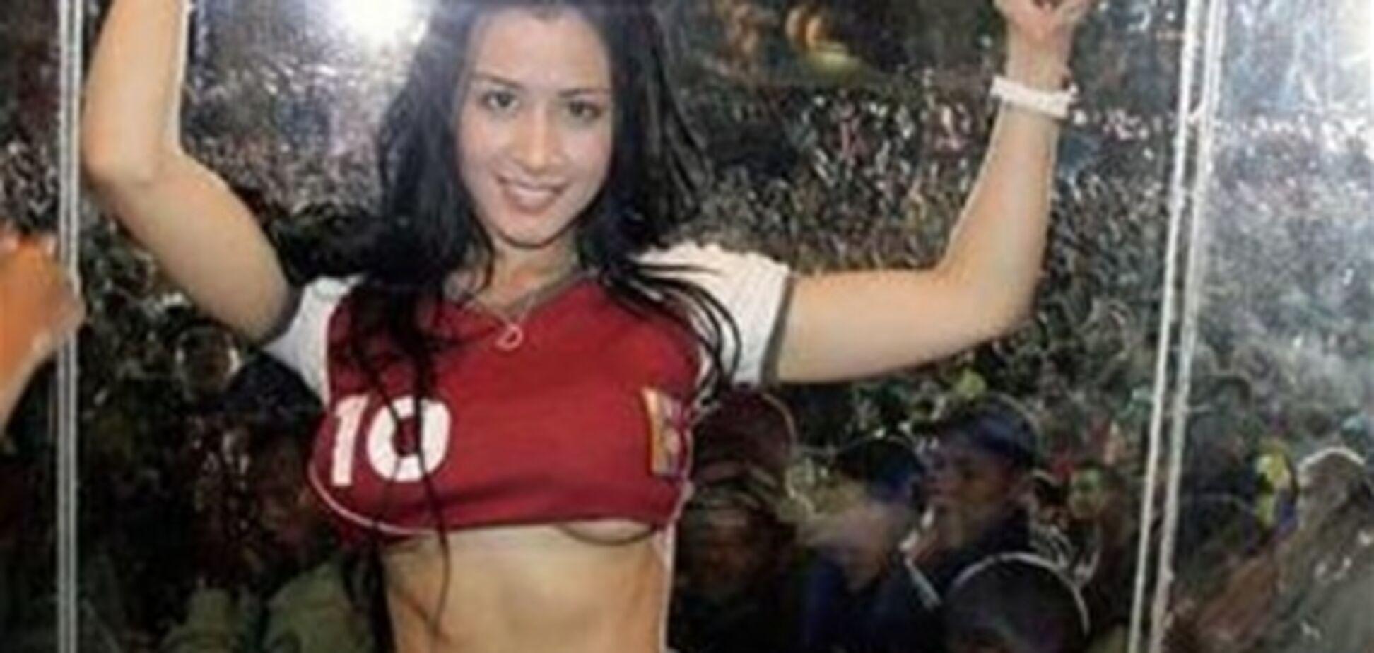 Певица устроила стриптиз в честь победы футбольной сборной. Фото