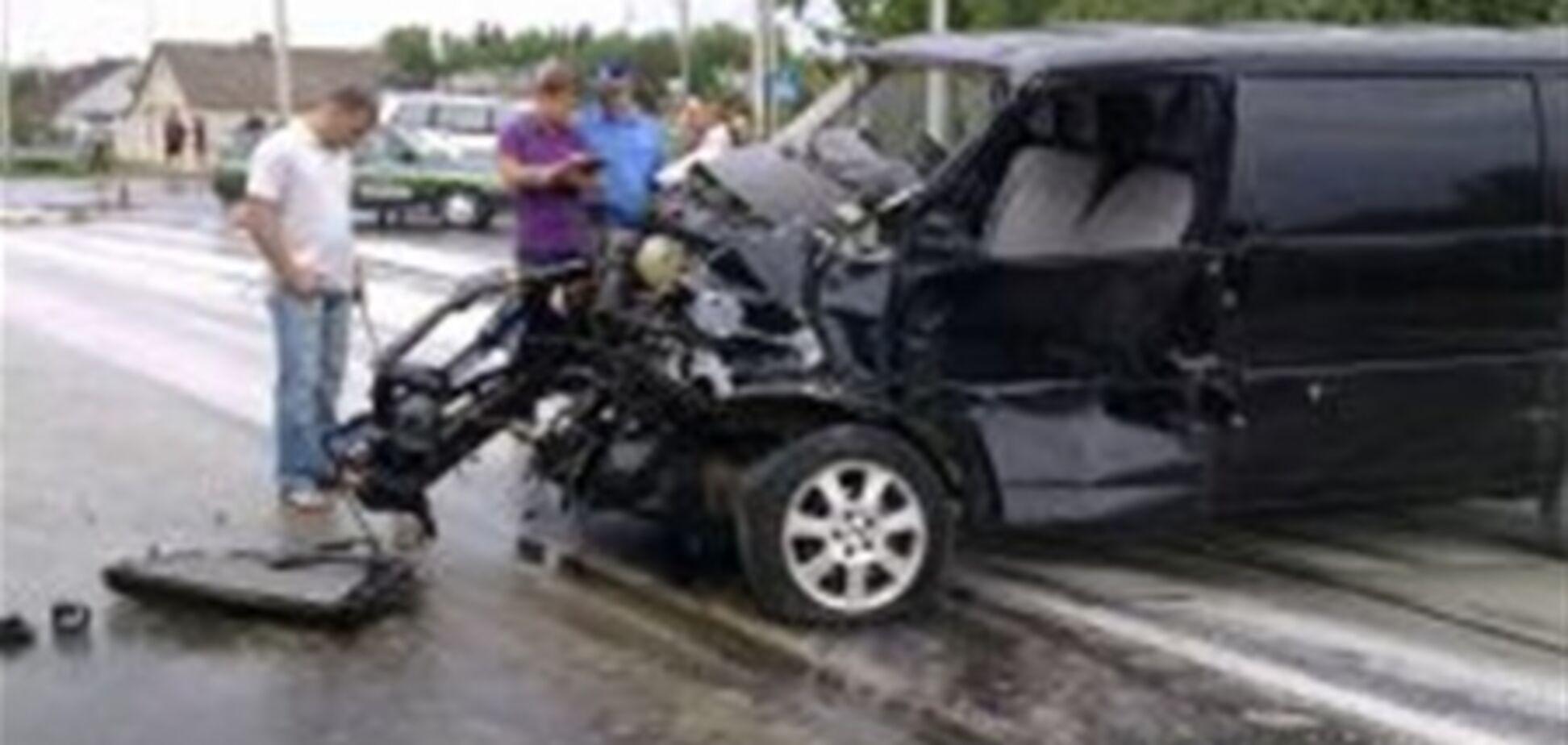 После столкновения с фурой водитель Volkswagen вылетел из машины