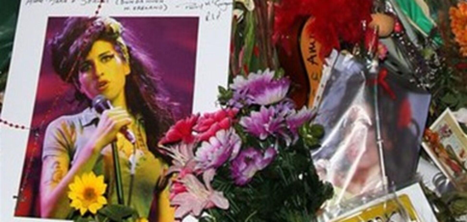 Отец Эми Уайнхаус: 'Дочь заглушала боль после измены мужа наркотиками'