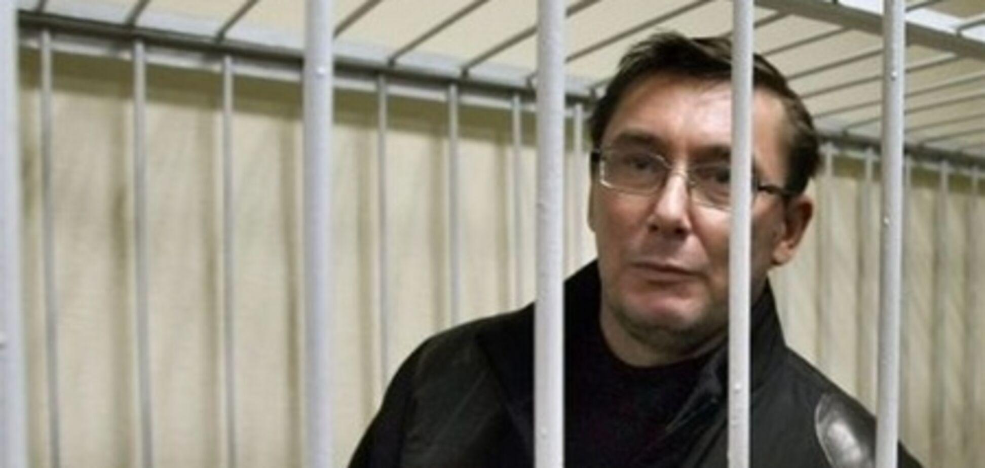 Луценко потребовал у судьи вернуть в зал скамейки